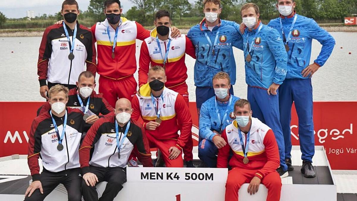 Podio del K-4 500, con los españoles luciendo medalla de oro.   RFEP