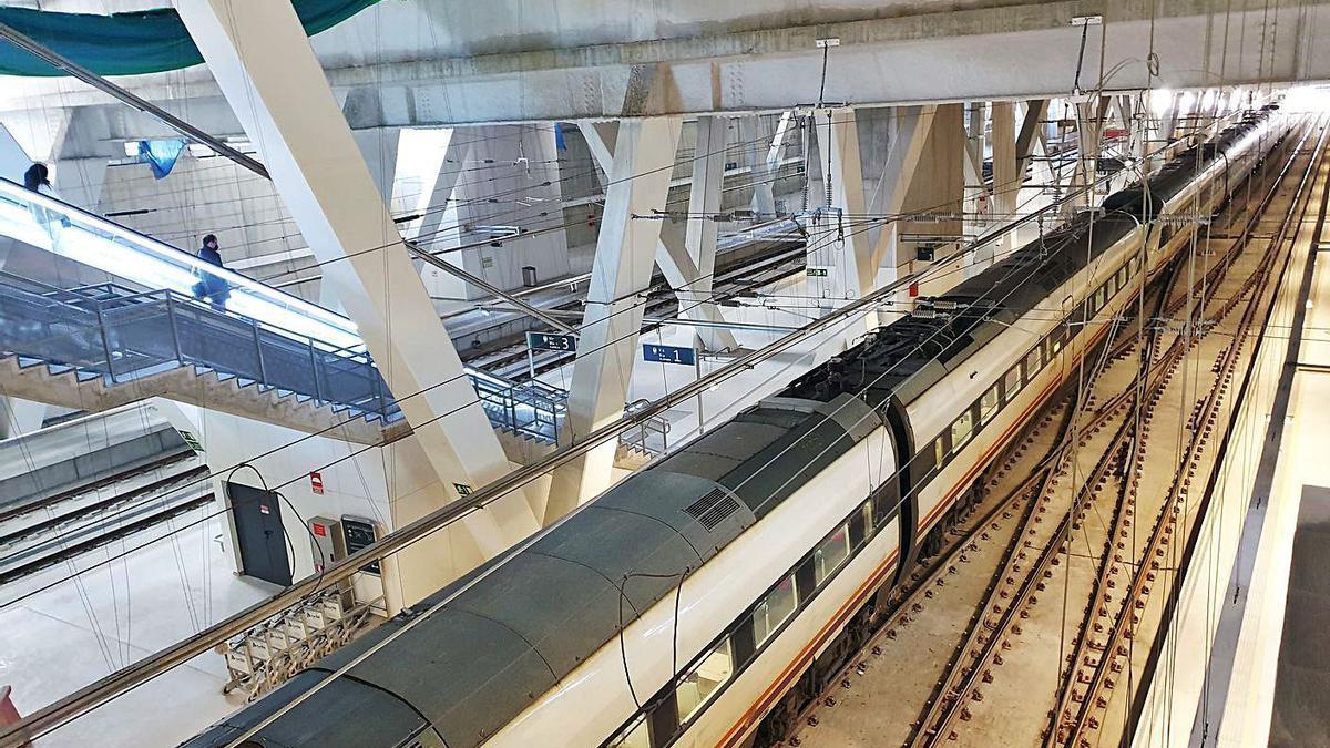 Andenes de la estación de Urzáiz, en marzo, tras la apertura del nuevo acceso en Vía Norte. |   // MARTA G. BREA