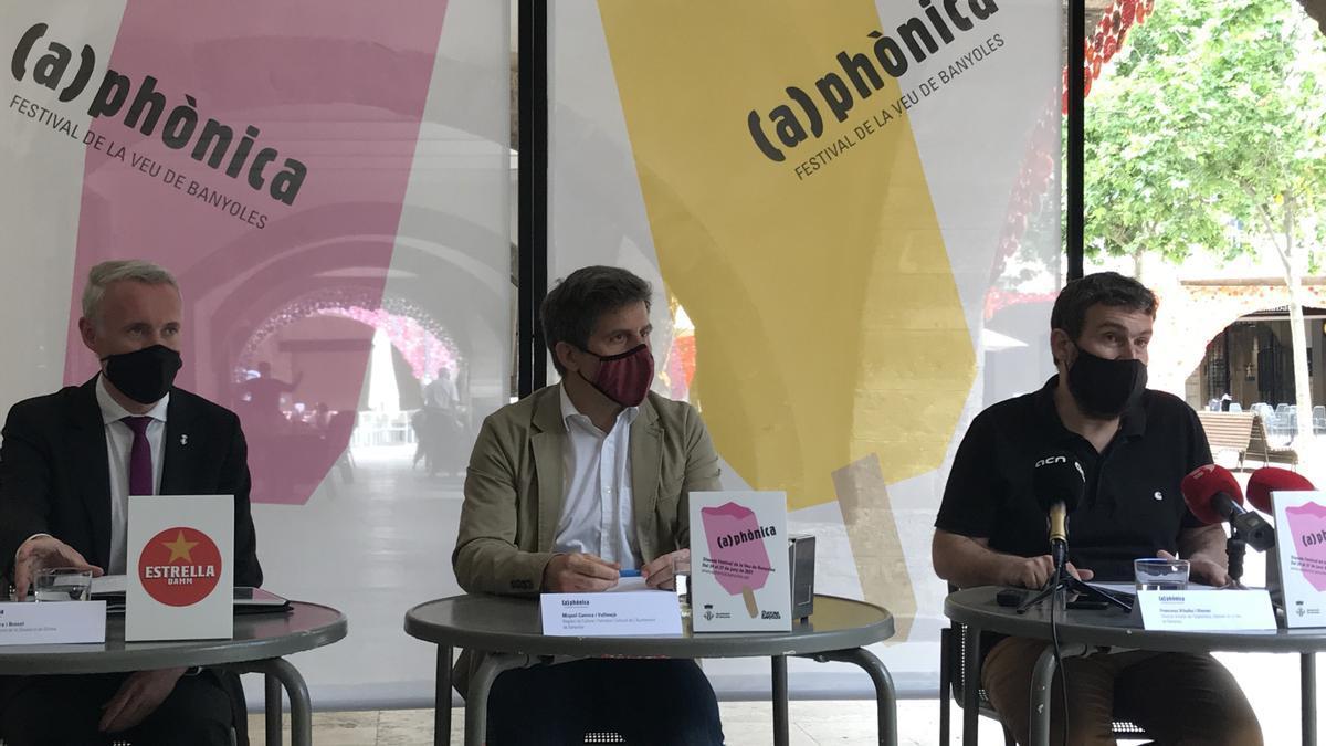 Albert Piñeira, vicepresident segon de la Diputació de Girona, Miquel Cuenca, regidor de Cultura de l'Ajuntament Banyoles i Francesc Viladiu, director artístic del Festival de la Veu de Banyoles
