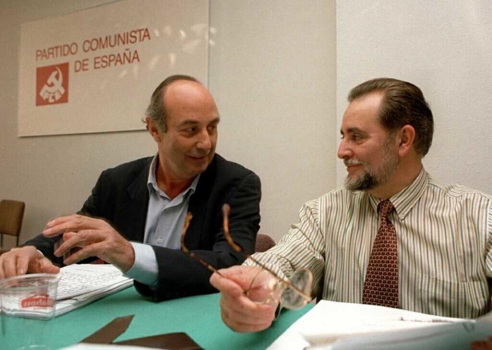 Julio Anguita (dcha) conversa con el miembro del Comite Federal del partido, Francisco Frutos, al comienzo de la reuni—n que mantuvo la directiva comunista esta ma–ana para tratar, entre otras cuestiones, sobre las pasadas elecciones gallegas. EFE/Angel Diaz