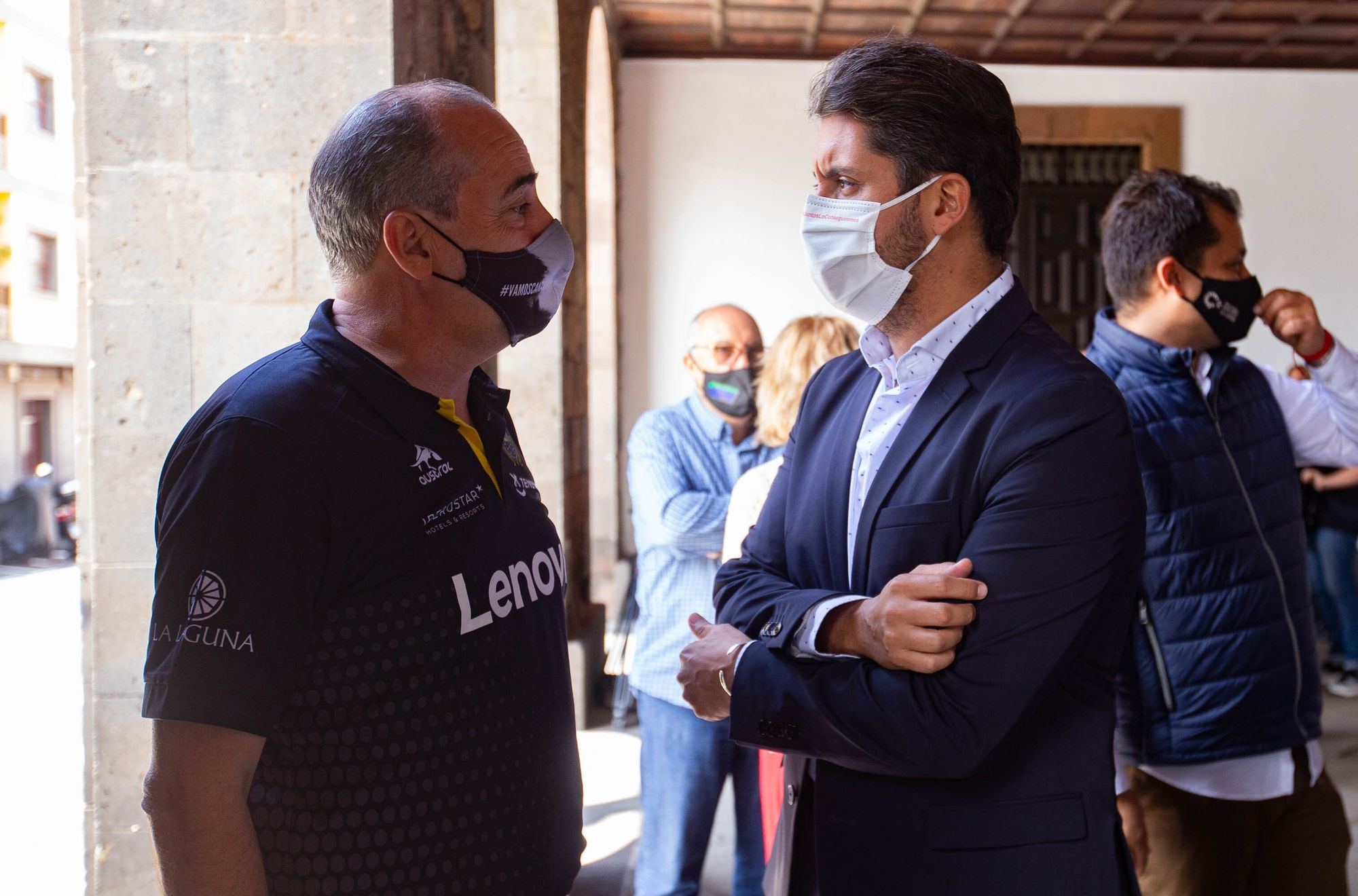El alcalde de La Laguna, Luis Yeray Gutiérrez, recibe a la plantilla del CB Lenovo