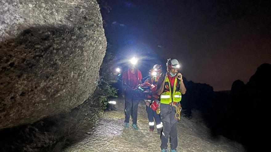 Els bombers rescaten un home de 35 anys ferit a Montserrat