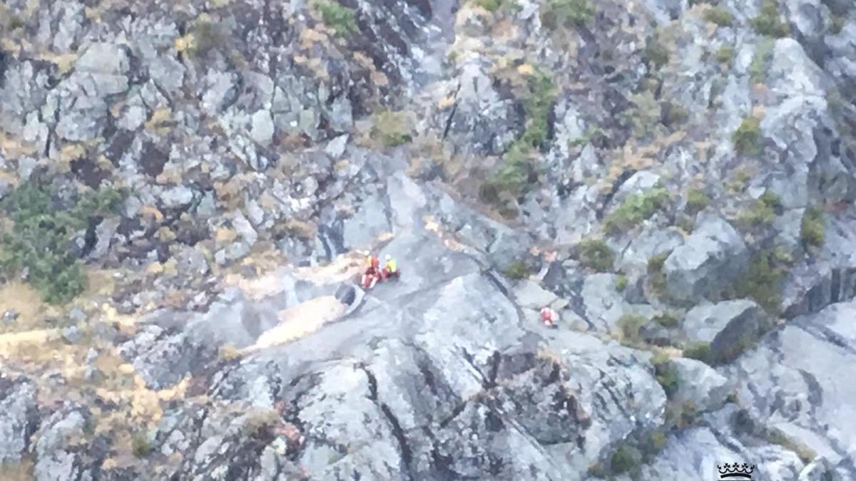 Un instante del rescate de la senderista herida en el Cañón del Tera.