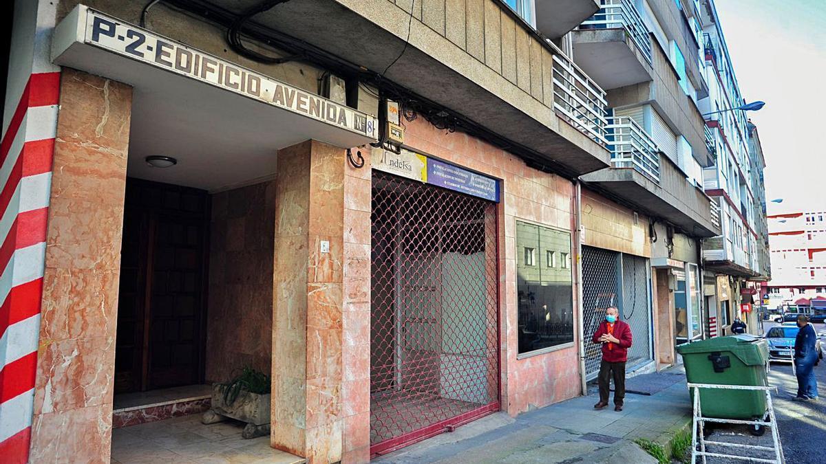 El bajo donde la Policía Local desmanteló el bar clandestino, en la avenida Agustín Romero. |  // IÑAKI ABELLA