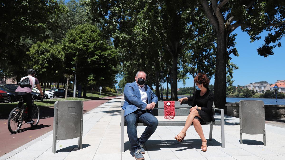 Presentación del mobiliario urbano realizado con residuos urbanos inorgánicos, este sábado, en O Burgo.