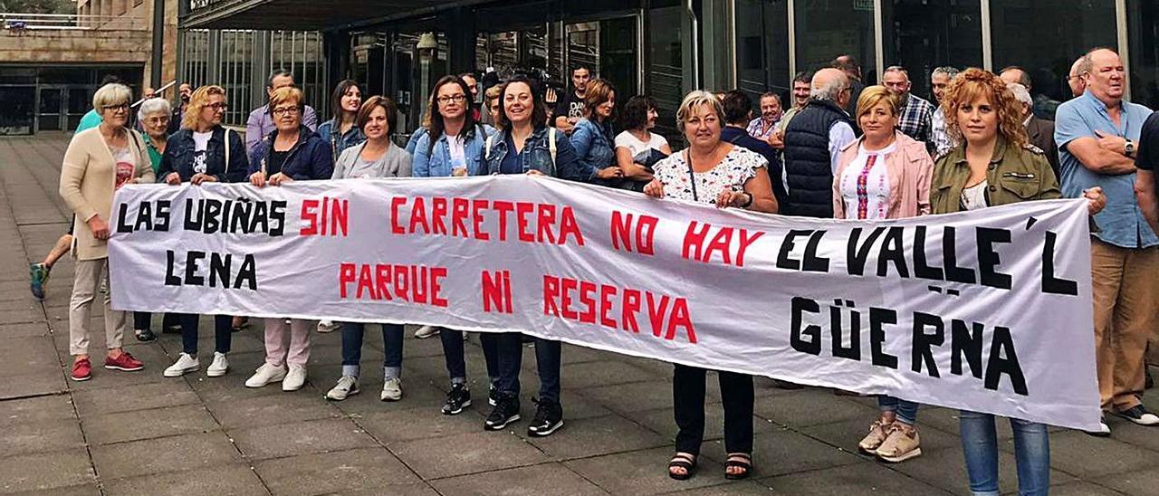 Protesta de los vecinos de las Ubiñas por la carretera, en 2018.