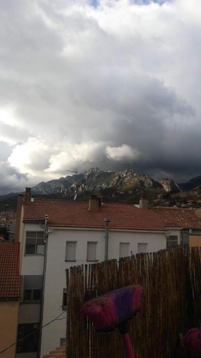Berga. En aquesta imatge, que ens ha fet arribar una lectora del diari, podem veure com els núvols ja comencen amenaçar la muntanya, li diuen a cau d'orella que en un tres i no res caurà la pluja.
