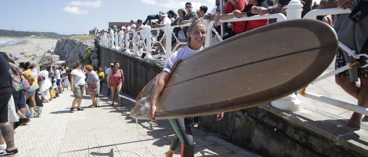 Una surfista, en la edición de 2019 del Campeonato de Longboard de Salinas.