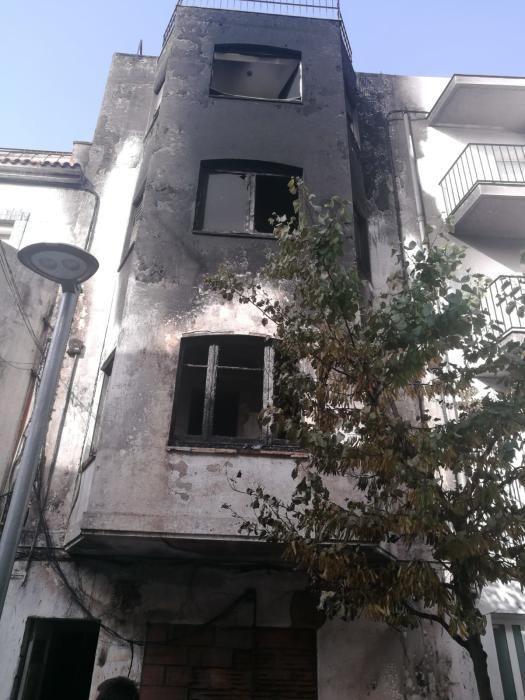 Cremen cinc motos i desallotgen un edifici a Roses