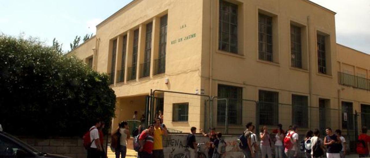Entrada principal del instituto Rei en jaume de Alzira, construido en 1963, en una foto de archivo. | LEVANTE-EMV