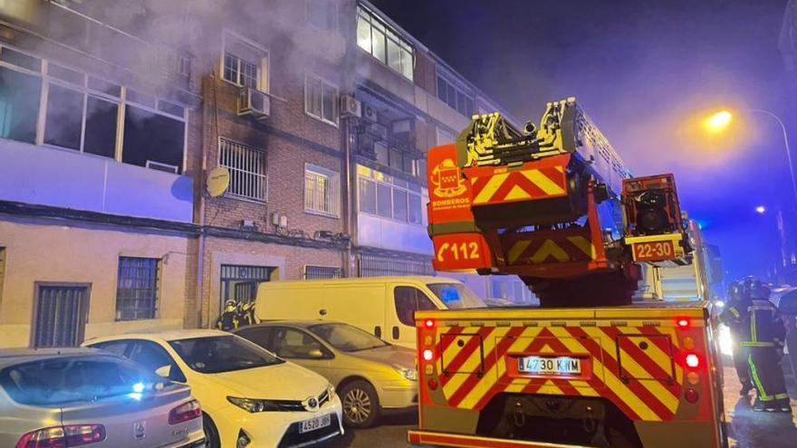 Un aparatoso incendio en un edificio de Alcalá de Henares (Madrid) deja un fallecido