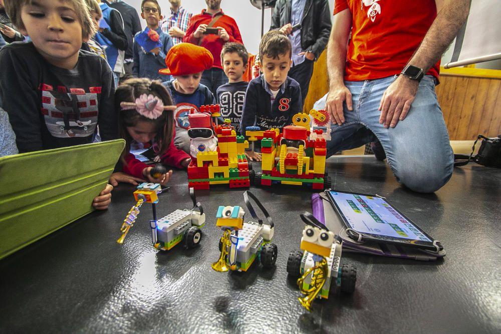 El colegio La Salle lleva a cabo un taller para crear y programar autómatas con los que simular la entrada de Moros y Cristianos