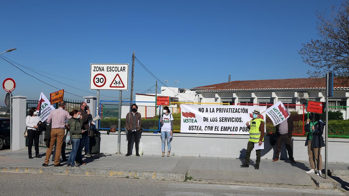Protesta celebrada este miércoles por Ustea en Montilla para denunciar que no se cubren las vacantes de personal laboral.
