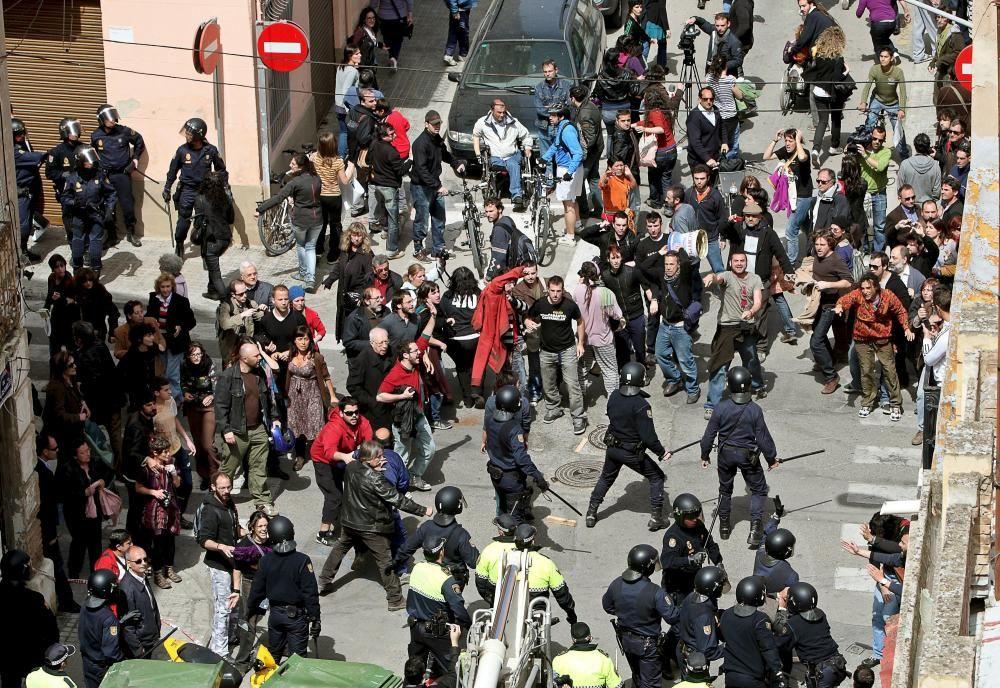2010. La policía carga contra los vecinos que protestaban. Manuel Bruque