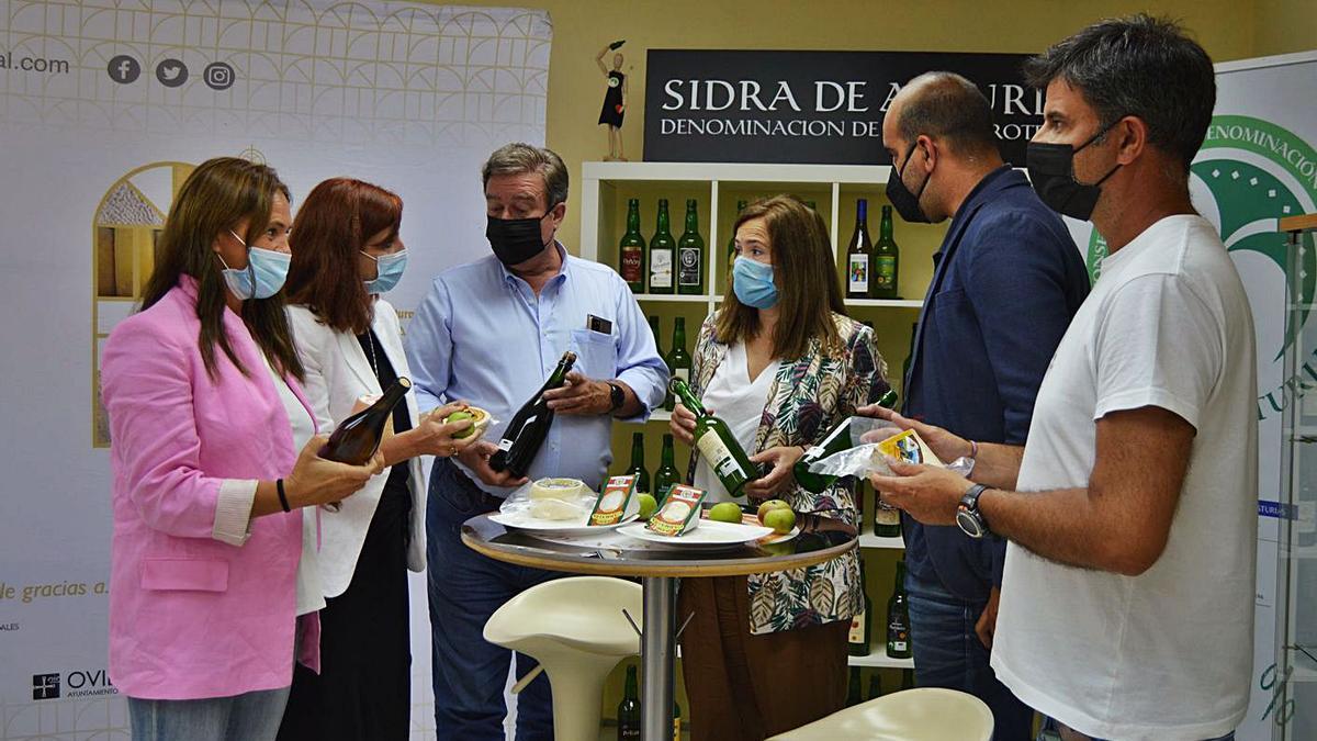 Luisa Villegas, Guillermo Guisasola y Begoña López –segunda, tercero y cuarta por la izquierda, respectivamente–, durante la firma del acuerdo en la sede del Consejo Regulador de Sidra de Asturias en Villaviciosa. | Olaya Pena