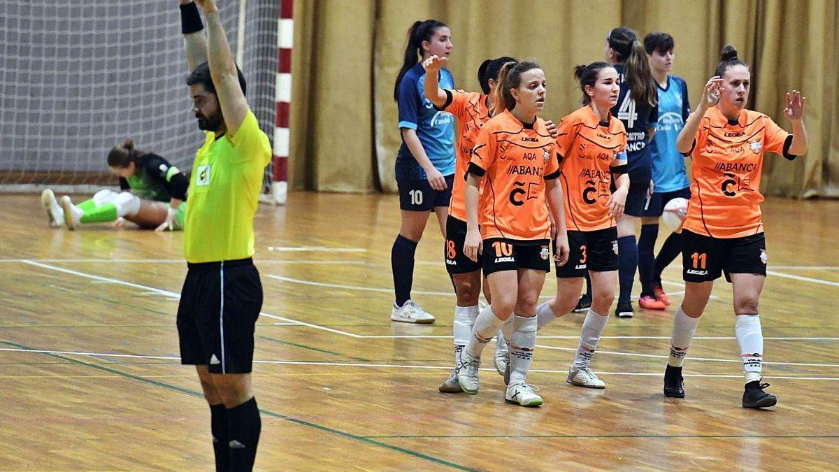 Las jugadoras del Viaxes Amarelle celebran un gol contra el Castro en un partido disputado esta temporada.