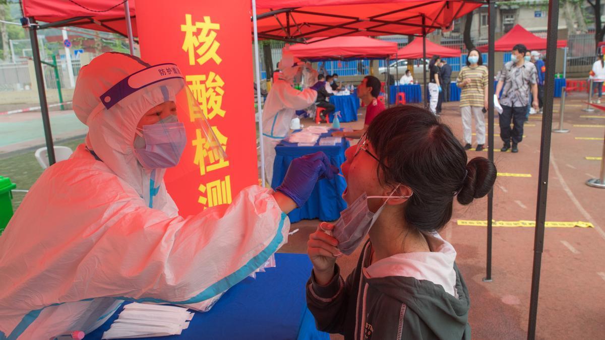 Realització del test de covid-19 a Wuhan.