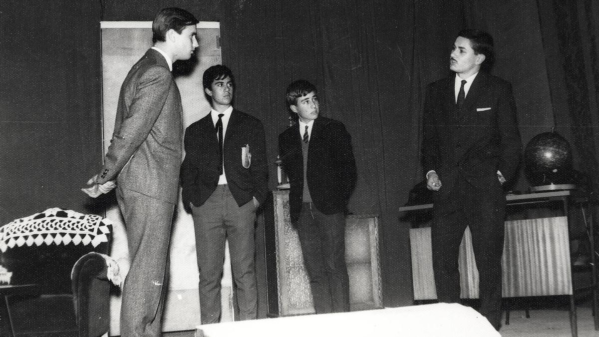 Imagen del colegio cacereño San Antonio durante una obra teatral en la que participa Pedro Almóvodar durante su periodo como alumno del centro