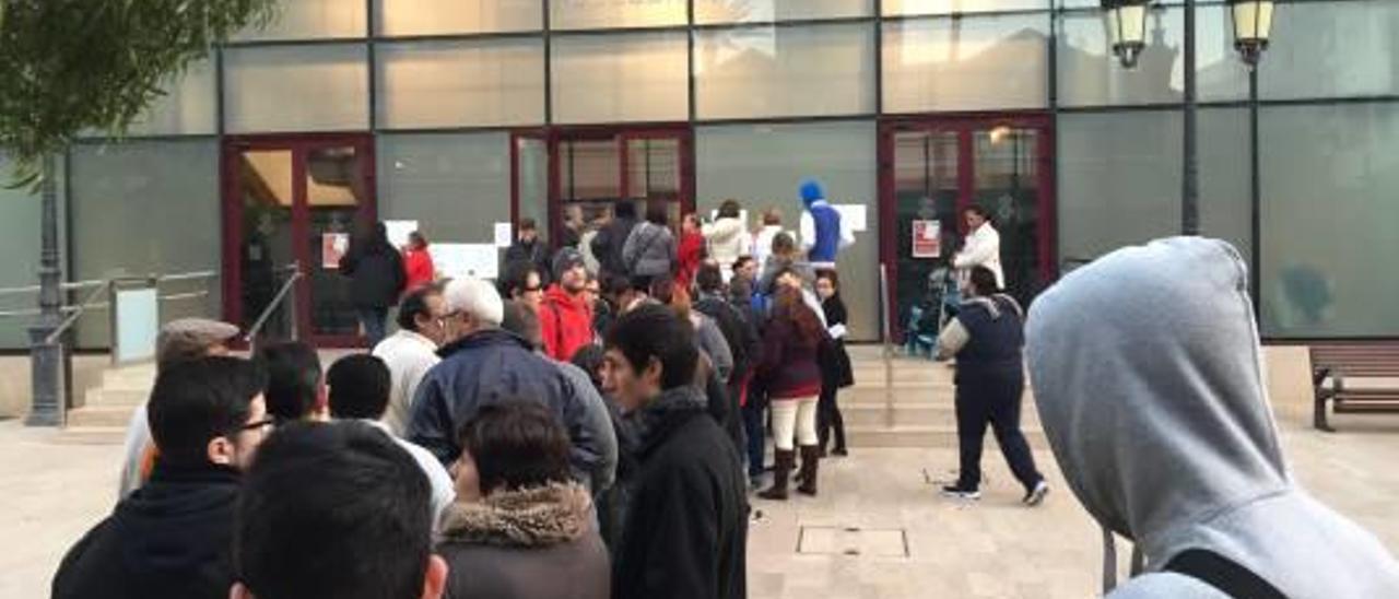 Casi 2.000 personas hacen cola para interesarse por   los contratos de dos meses
