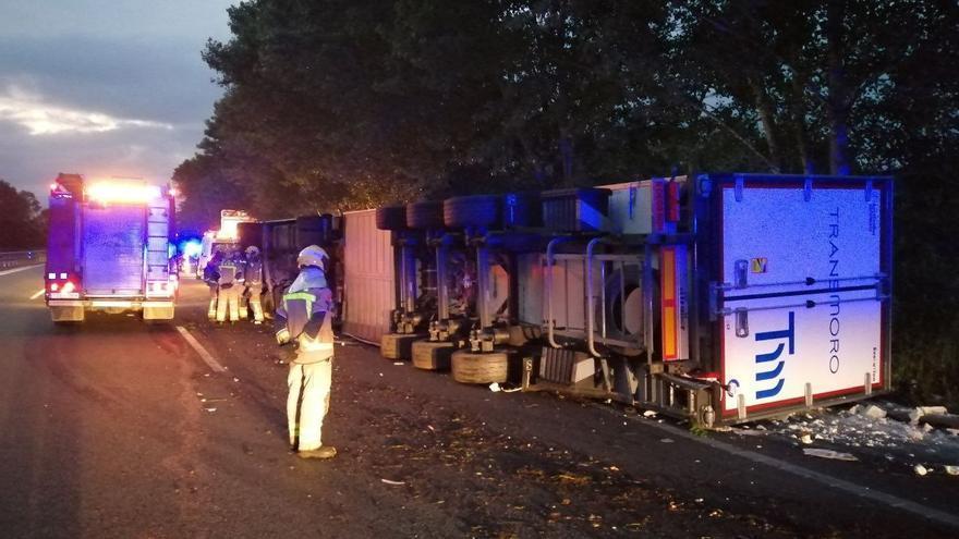 Dos ferits en bolcar el camió amb el qual circulaven per l'AP-7 a Fogars de la Selva