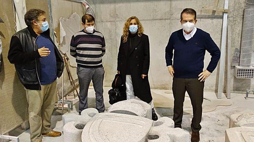 Caballero y Silva visitan la Escuela de Cantería de Poio para interesarse por dos esculturas que lucirán en Vigo