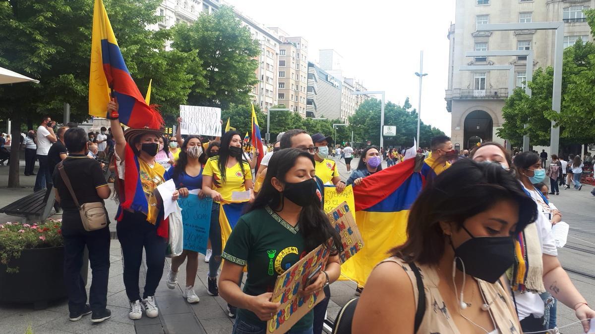 Marcha de la comunidad colombiana por las calles de Zaragoza.