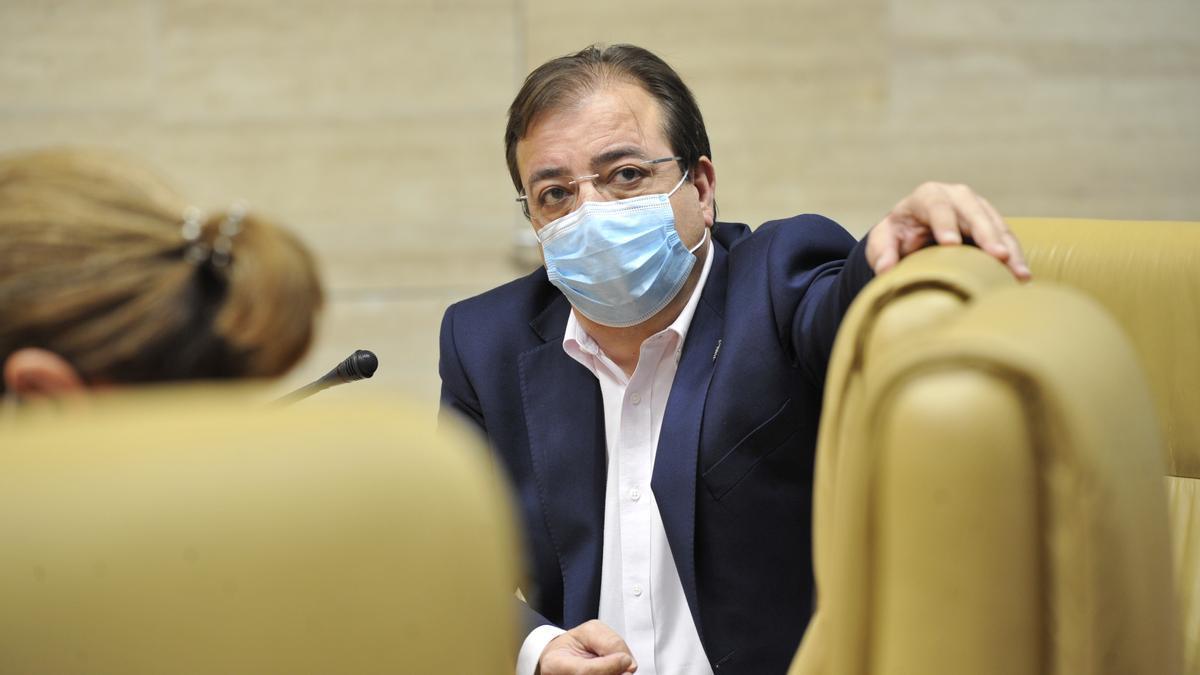 Fernández Vara en el pleno de hoy en la Asamblea de Extremadura.