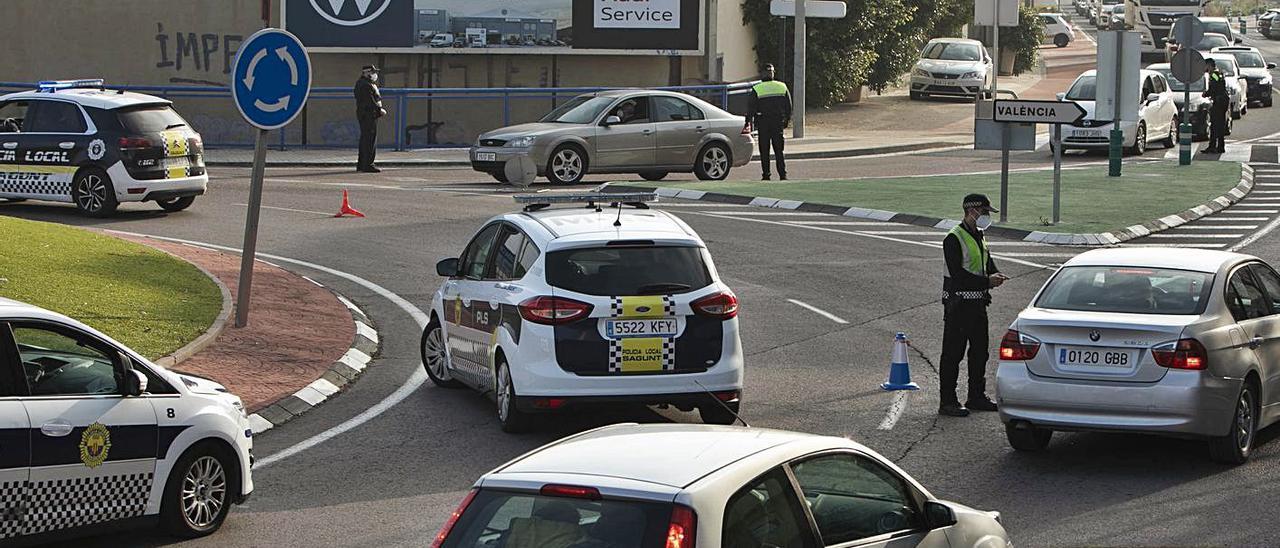 Control policial a la entrada de Sagunt. | DANIEL TORTAJADA