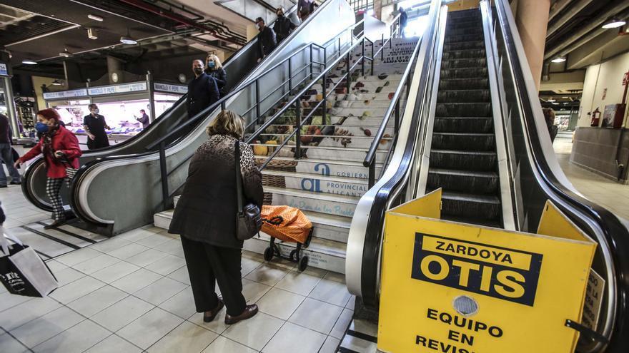 Quejas de clientes del Mercado Central por la avería de un ascensor y una escalera mecánica desde antes de Navidad