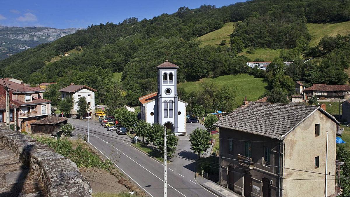 La localidad lavianesa de San Pedro de Tiraña. | Fernando Rodríguez
