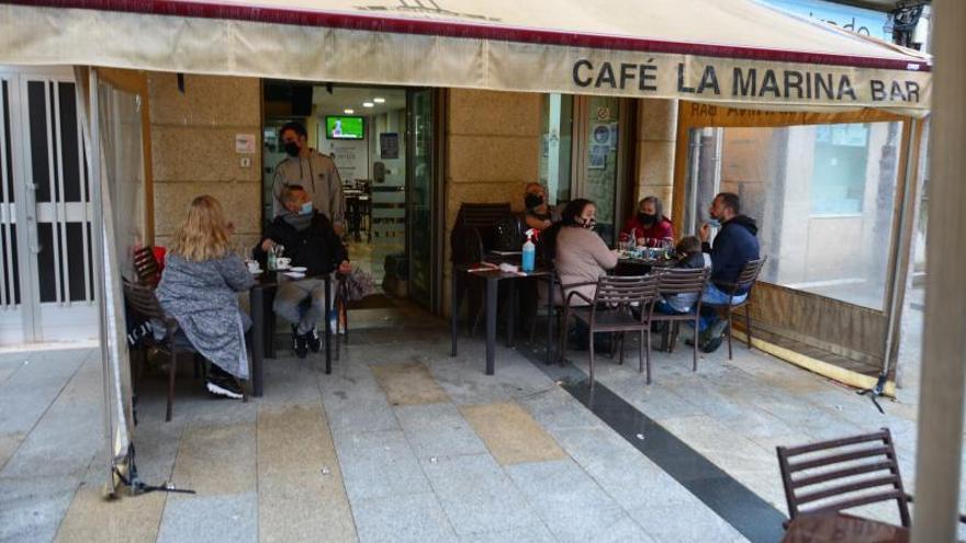 La comarca llega a 132 positivos y la Xunta restringe los aforos en la hostelería de los tres concellos