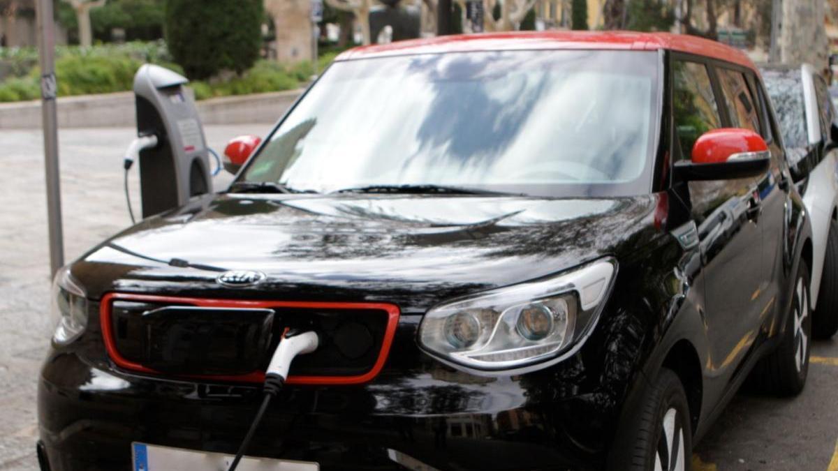 Für das neue Elektroauto muss der vorherige Pkw in die Schrottpresse wandern.