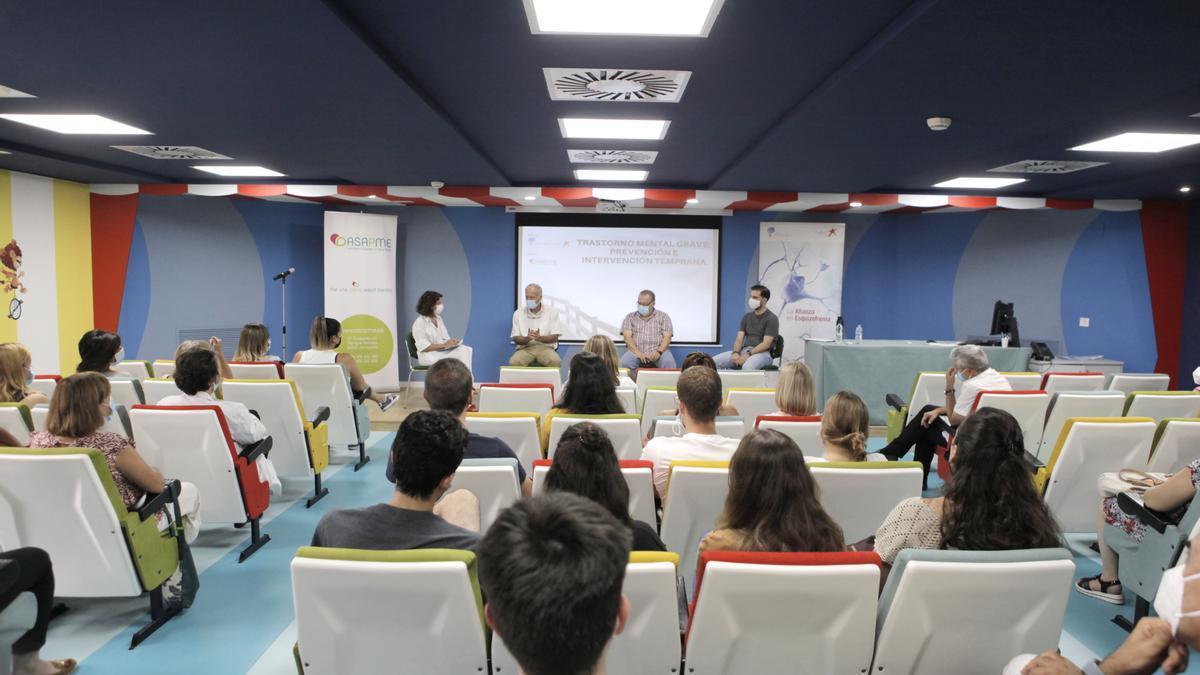 Varios jóvenes durante la jornada celebrada este jueves en el hospital Infantil de Zaragoza.