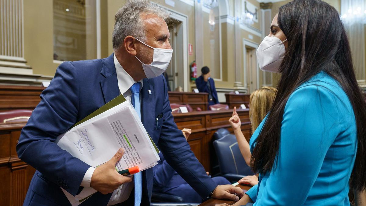 Torres conversa con Espino al término del pleno en el Parlamento de Canarias.