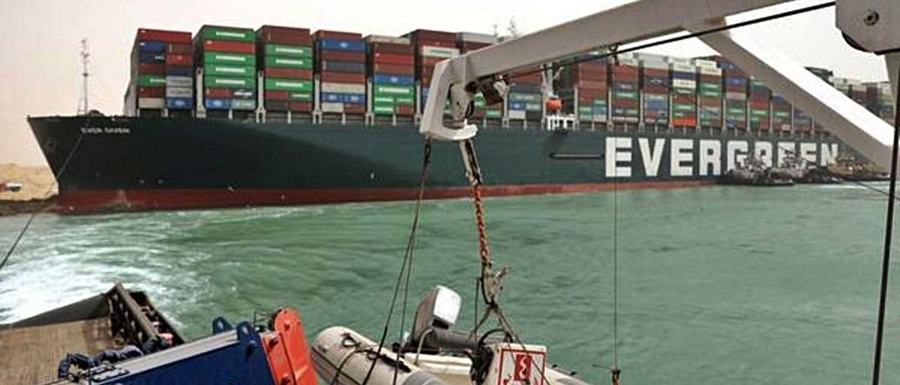 El buque portacontenedores 'Evergreen' en el Canal de Suez, Egipto, el 25 de marzo de 2021.   