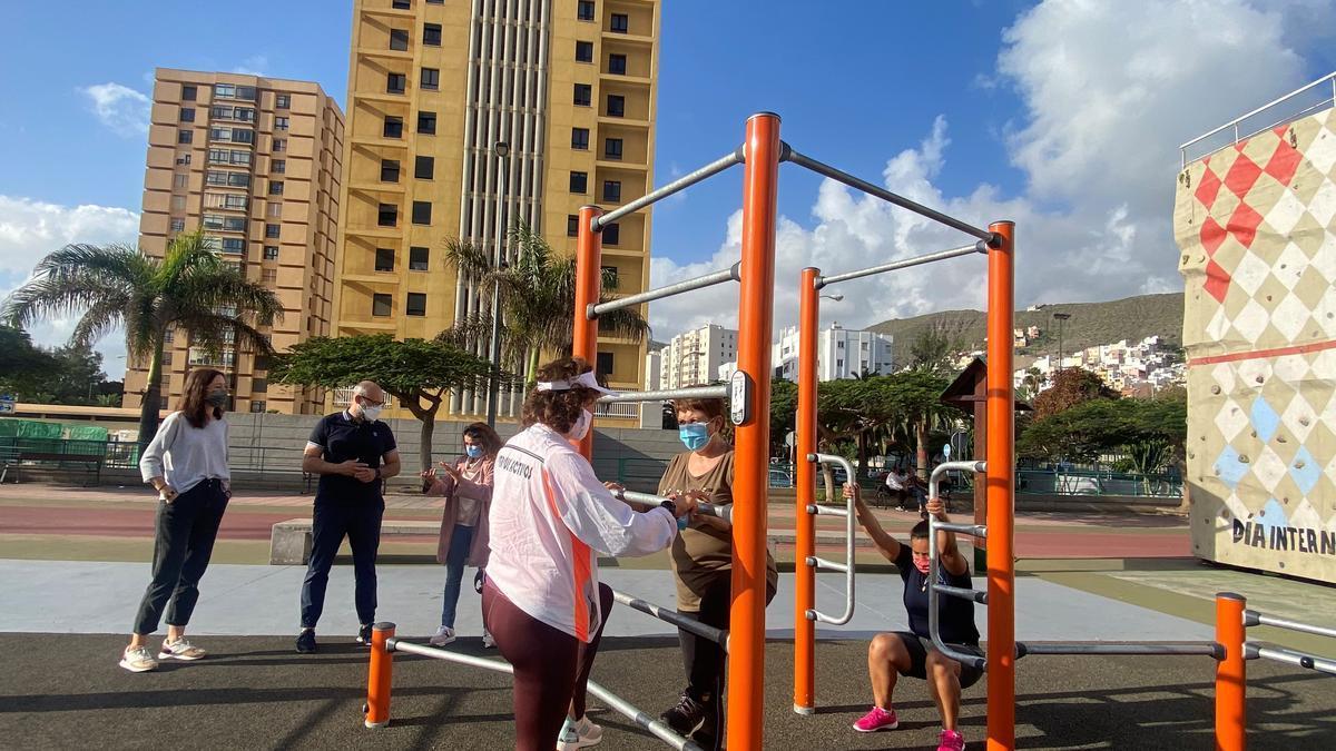 Aridany Romero, entre Eva Navarro y Leticia López, ayer, en uno de los parques activos.
