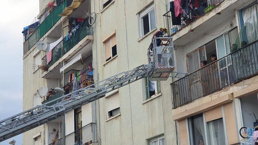 Bomberos y policías rescatan a unos okupas que no podían salir del piso