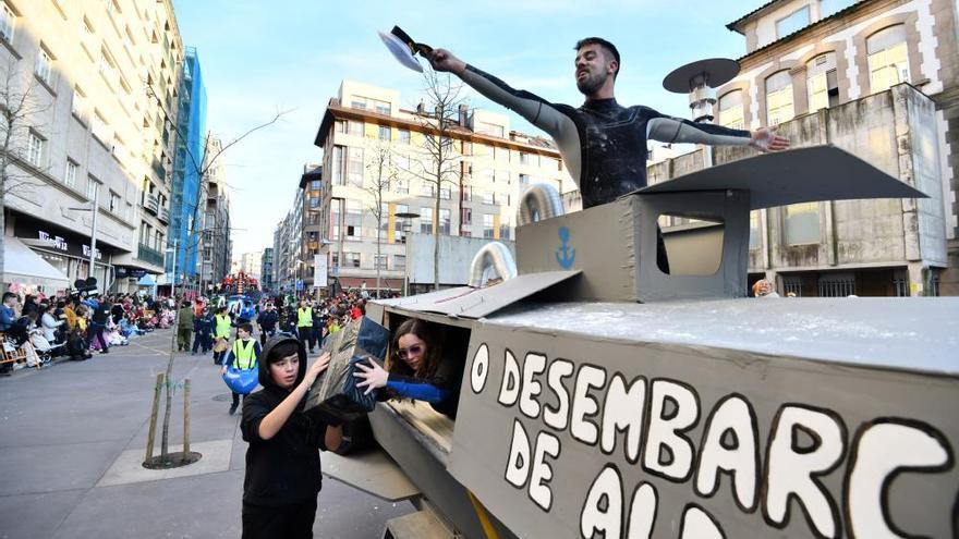 El desfile de Carnaval inunda de gente, color y humor el centro de Pontevedra