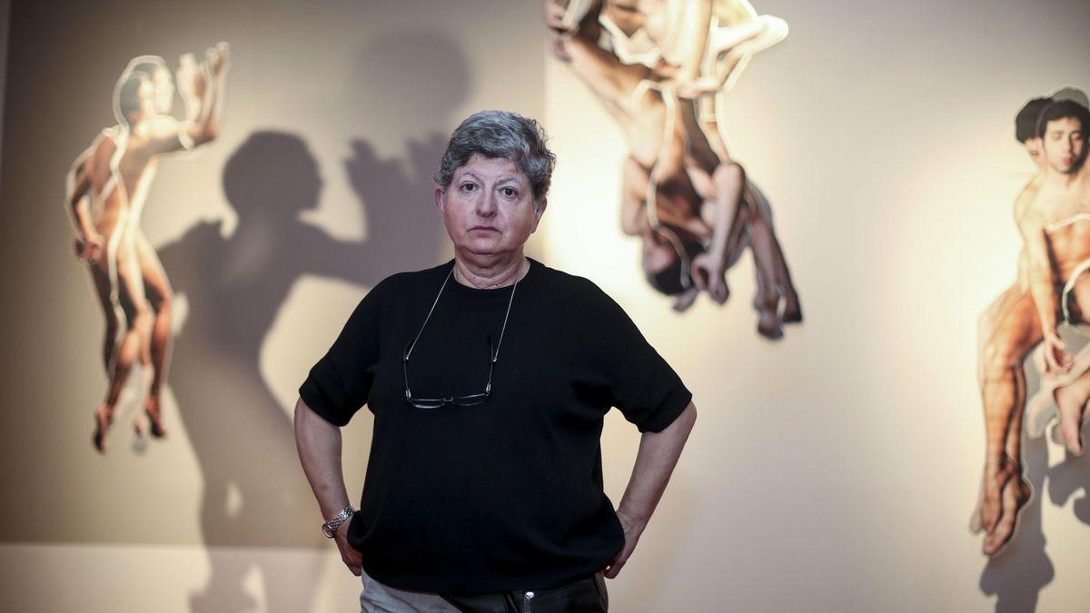 """Rosa Olivares delante de una de las fotos incluidas en """"El viaje a Roma""""."""