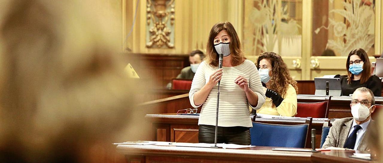 La presidenta responde ayer a una pregunta en el pleno del Parlament.