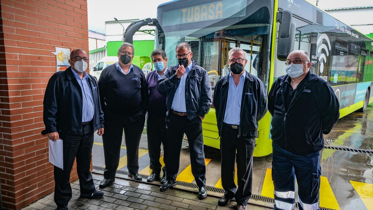 Integrantes del comité de empresa de Tubasa, ayer, en las instalaciones de la empresa de autobuses.