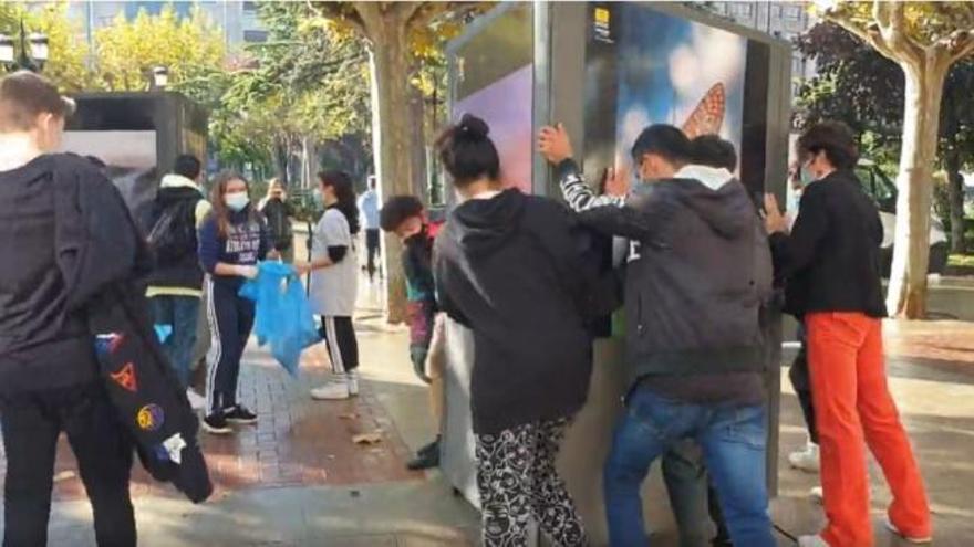 Jóvenes de Logroño limpian las calles