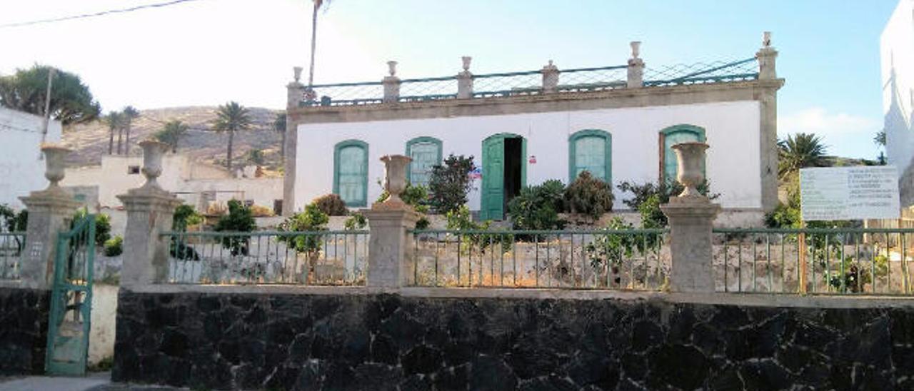 Exterior de la vivienda, ubicada en el casco de Haría en la calle Las Cañadas. A la derecha, obras ayer de restauración del edificio histórico.