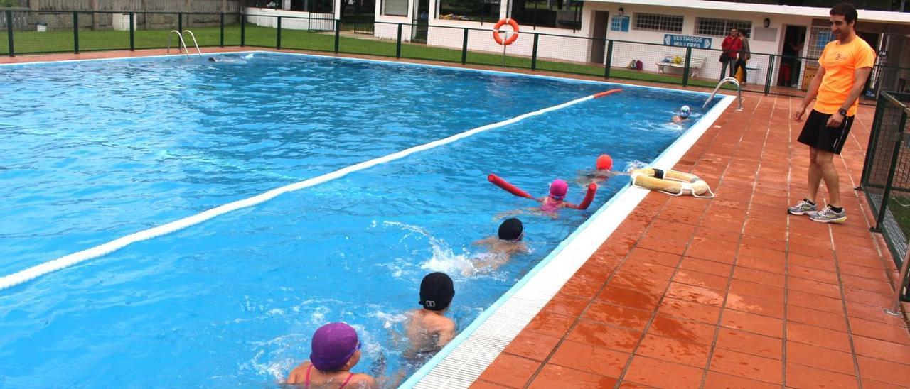 Una actividad infantil en la piscina municipal de Salceda. // D.P.