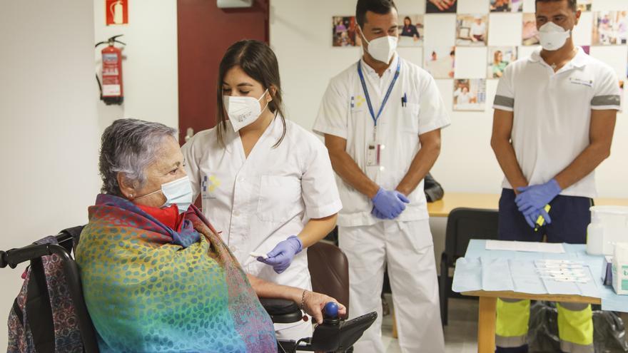Maricamren recibe la segunda dosis de la vacuna en Gran Canaria