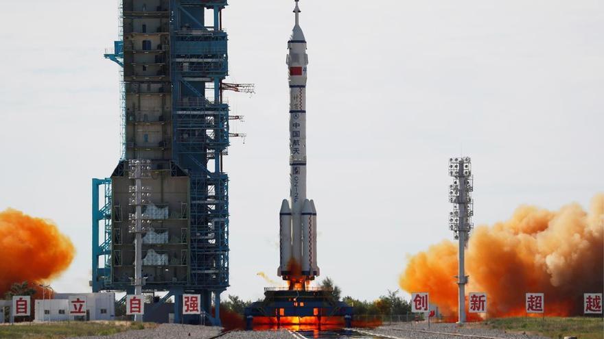 Arriba a la Terra la nau xinesa Shenzhou-12 amb tres astronautes a bord