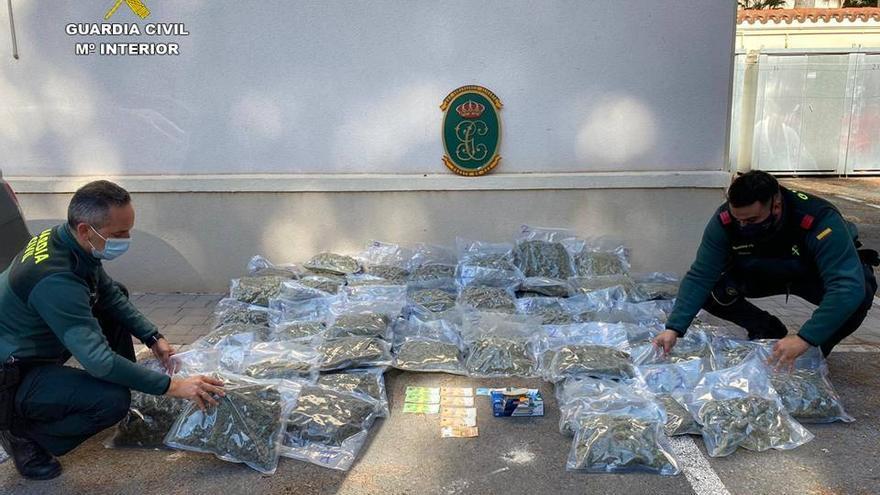Tres detenidos en Sax con 44 kilos de marihuana ocultos en el maletero de un vehículo