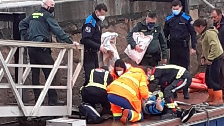Rescatados 3 marineros tras hundirse un barco en la ría de Aldán