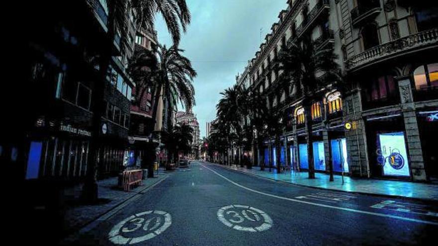 Cruce de calles del centro de València, desierto en la noche. | G. CABALLERO