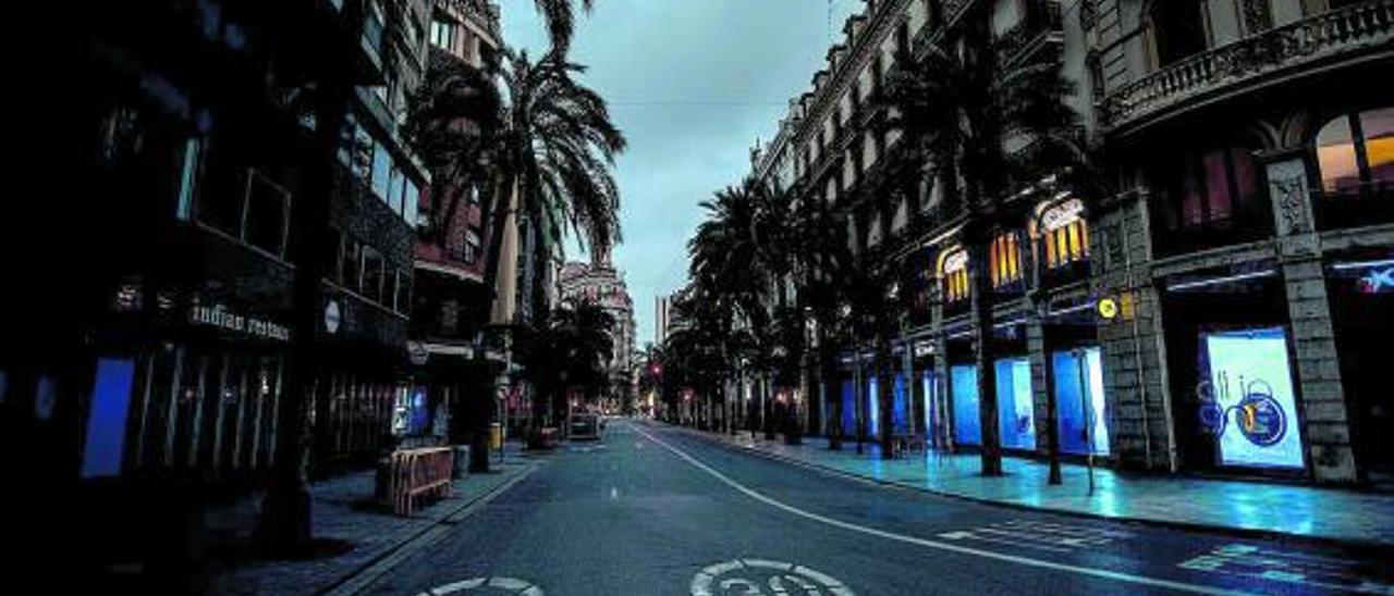 Cruce de calles del centro de València, desierto en la noche.   G. CABALLERO